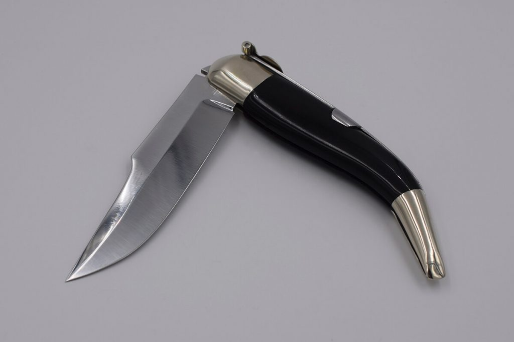 Classic folding knife awarded by Albacete museum made from American buffalo horn.